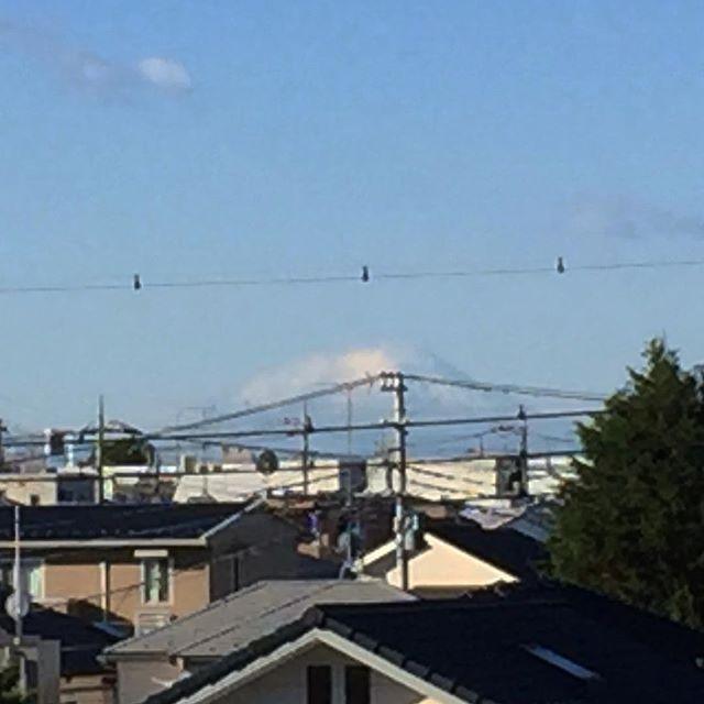 与野本町駅から見える富士山は、頭に雲がかかっている。