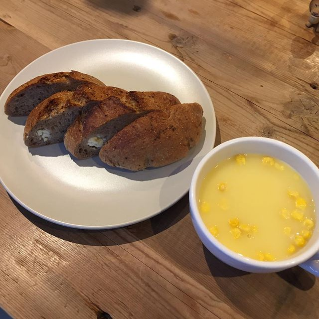 今日のお昼はリュネット @boulanger_lunettes さんの黒胡椒とクリームチーズのパンとカップスープ。 ああ、あったまる。