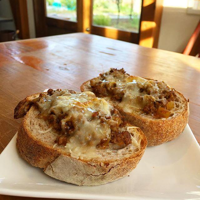 オヤツは古代小麦デュンケルのパンにタコミート、チーズを溶かしてハチミツをかける。 濃厚でうまい。