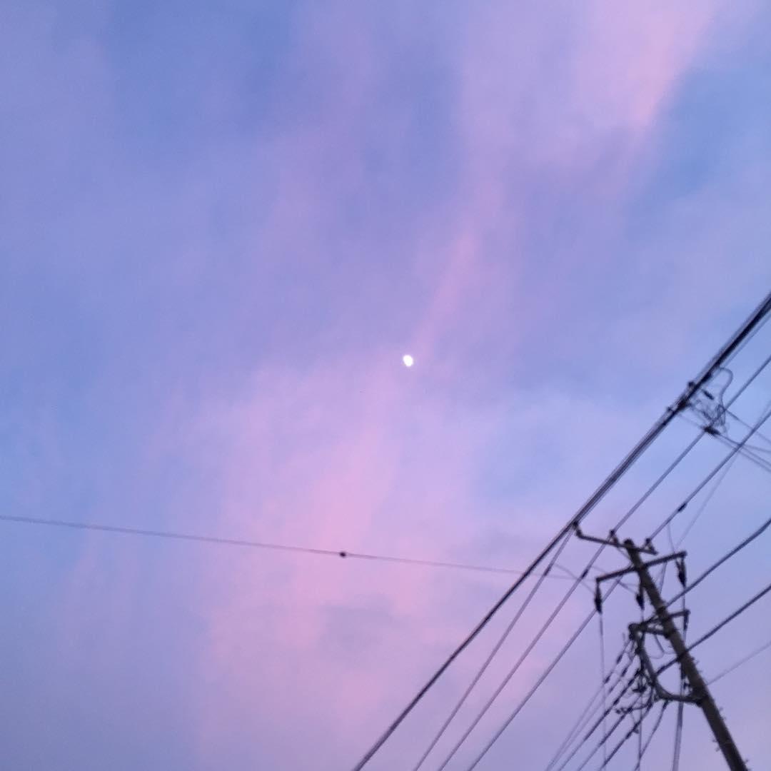 艶やかな空に浮かぶ月。