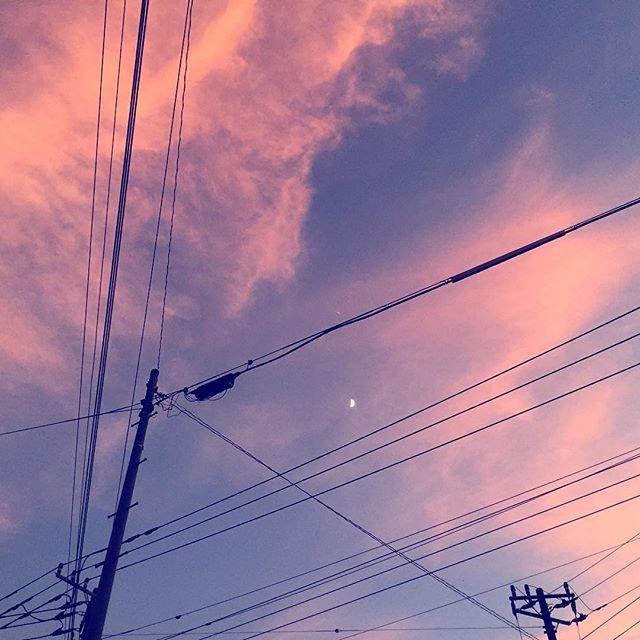 青とピンクと月と電線。