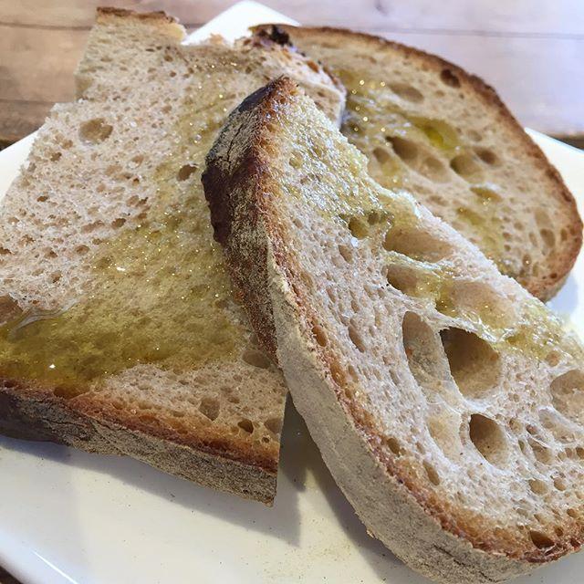 美味しいパンにオリーブオイルと塩。  これで充分。
