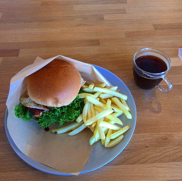 大山地鶏のバーガーとロングブラック 。  glin coffee のホッシーに勧められて、こちらでランチ。