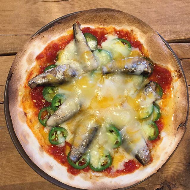 今日の賄い 。  ハラペーニョとオイルサーディンのピザ。