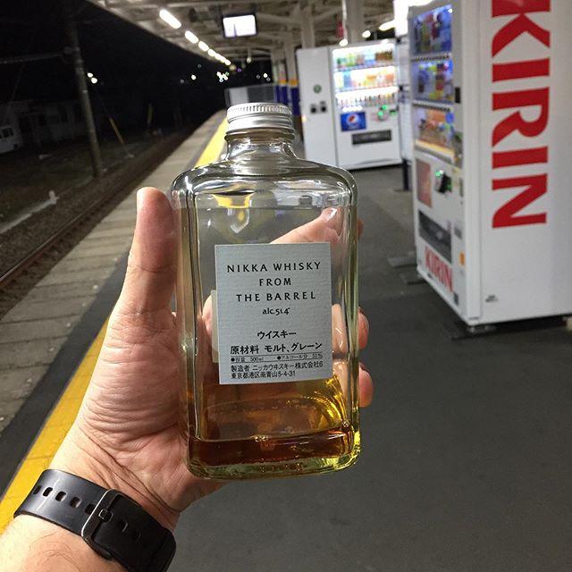 駅のホームで、はだかの酒びん持ってる人って、怪しいよね 。