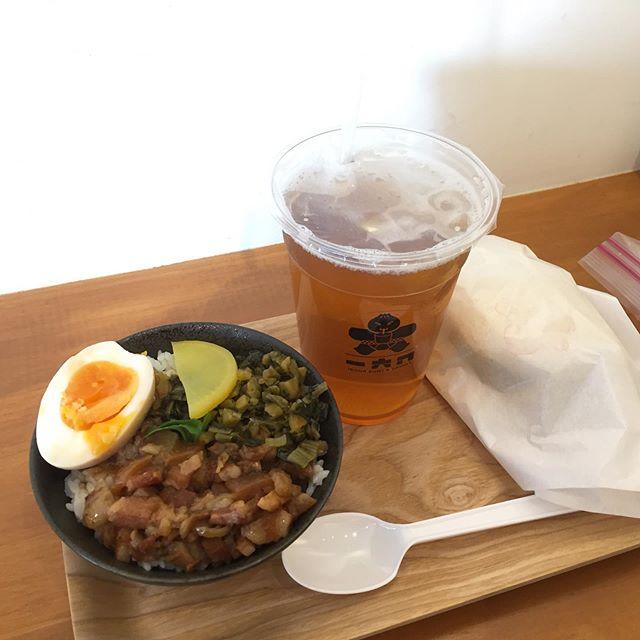 今日はルーロー飯が食べたくて 。  川越の一六ハさんへ。 昨年の夏にオープンされていて、気になっていたのですが、ようやく食べに行けました。 はー、満足です。  なんと店内で @enkomugi komugiさんと、 @mimi_diner2013 Mimi DINER さんとバッタリ! ビックリな瞬間でしたww  komugiさんからはスコーンをいただいてしまいました。