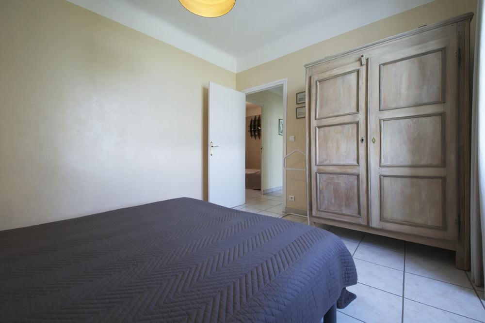 La grande armoire de la chambre parentale au Lavande au Mas de la Baillyde, gîtes de charme en Cévennes