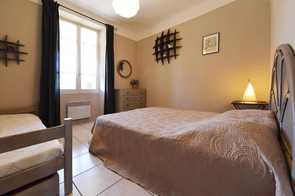Les lits au chambre trois couchages au Lavande au Mas de la Baillyde, gîtes de charme en Cévennes