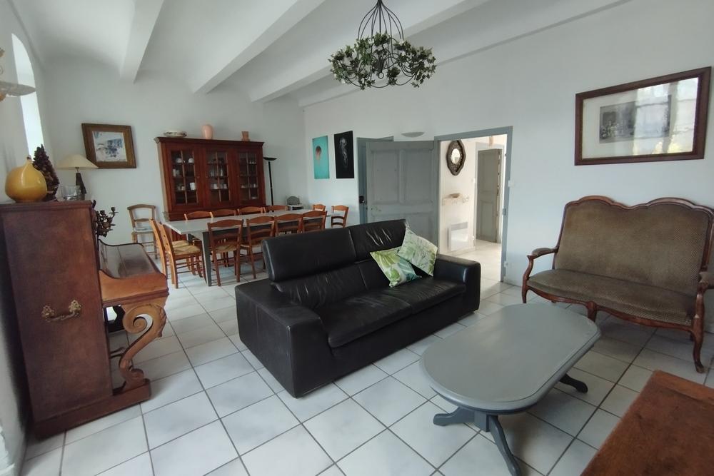 La canapé cuir au Tamaris au Mas de la Baillyde, gîtes de charme en Cévennes