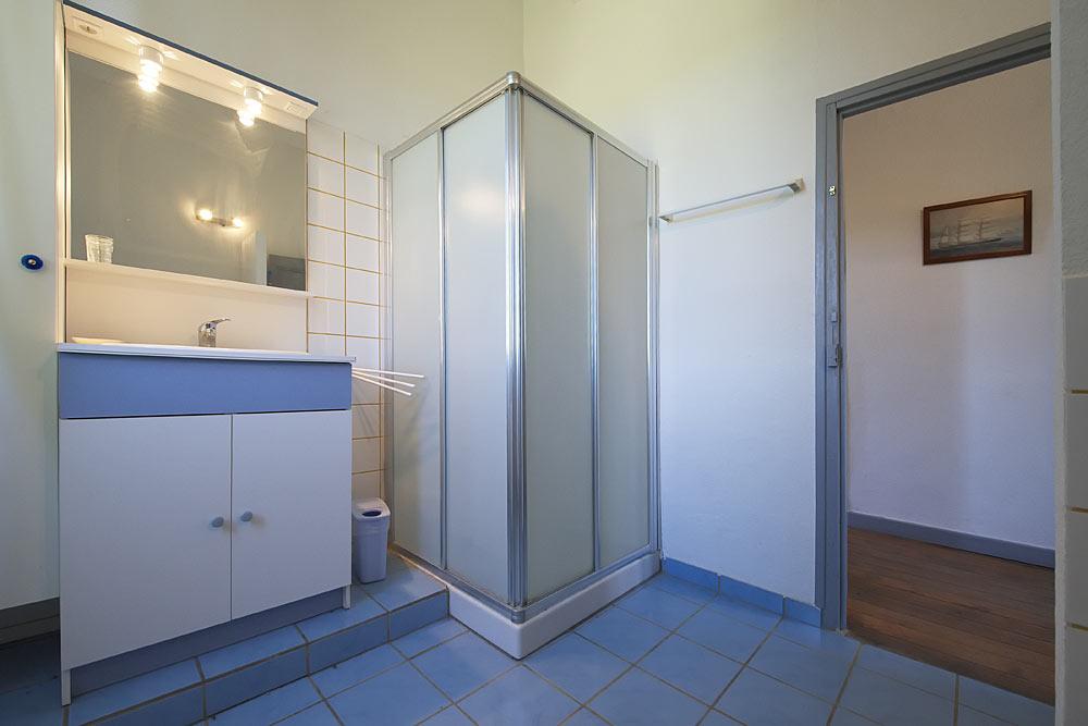 La salle de bain avec douche et lavabo au Tamaris au Mas de la Baillyde, gîtes de charme en Cévennes
