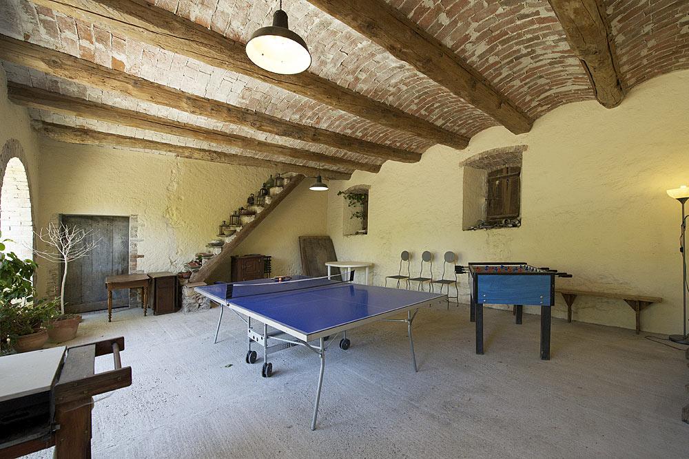 La table de ping pong dans la salle de jeux au Mas de la Baillyde, gîtes de charme en Cévennes