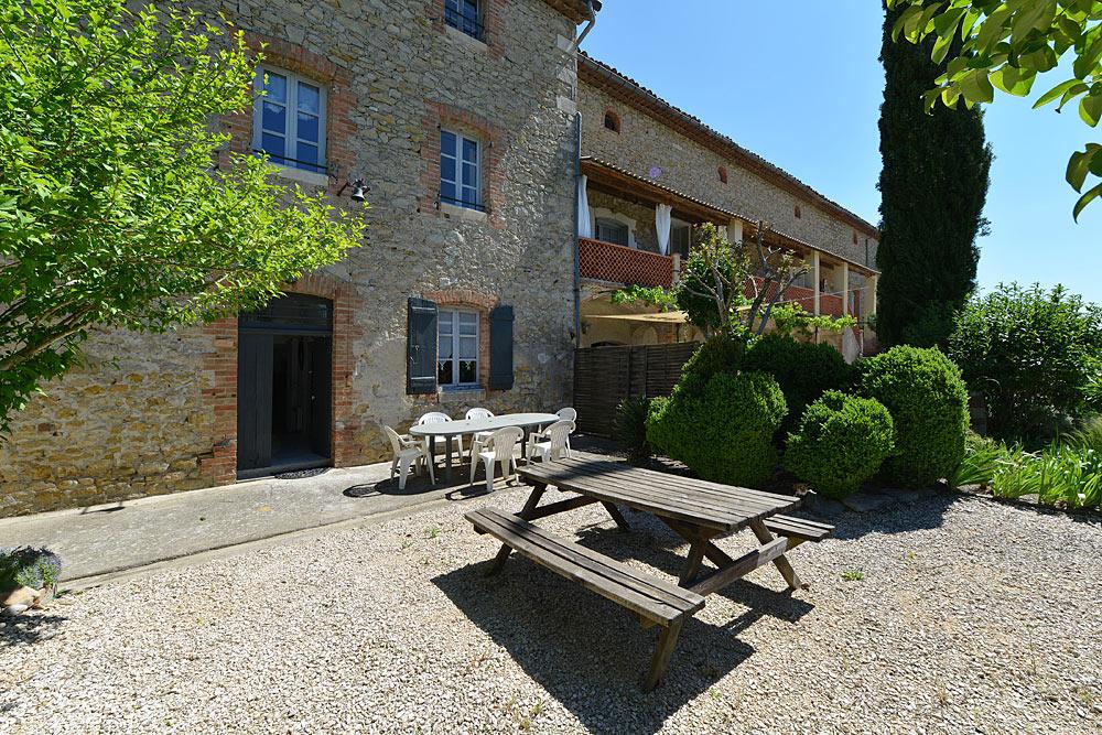 La terrasse côté sud au Tamaris au Mas de la Baillyde, gîtes de charme en Cévennes