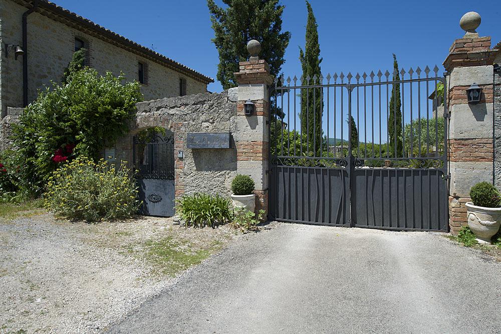 Le portail d'entrée au Mas de la Baillyde, gîtes de charme en Cévennes
