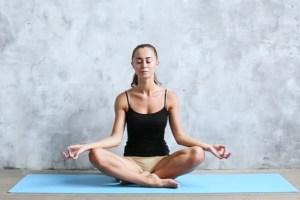 3 ejercicios de yoga que te ayudarán a relajarte