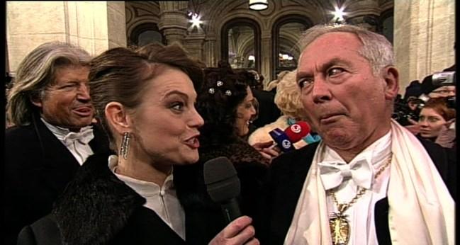 Hansi Hinterseer steht nicht nur im Hintergrund, sondern muss erst noch zur Maske. Karl Schranz macht derweilen Elke Winkens schöne Augen.