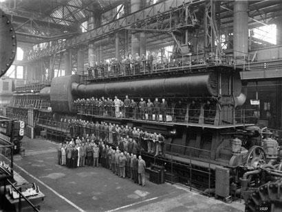 G M-Motore DL6512 – Torino, 1941. Operai e dirigenti dello stabilimento torinese posano davanti al Motore DL6512 costruito dalla Fiat Grandi Motori di Torino (Foto dal Centro Storico e Museo Fiat)