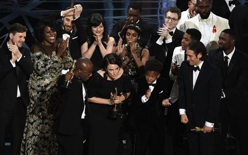 Il cast di Moonlight ritira l'Oscar come Miglior Film dell'anno