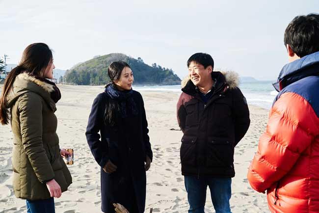 Kim Minhee e Ahn Jaehong in On the Beach at Night Alone - Foto: Kim Jinyoung (c) 2017 Jeonwonsa Film Co.
