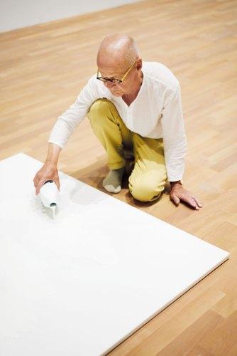 Wolfgang Laib durante l'allestimento dell'opera Milkstone © 2017 Hartmut Nägele