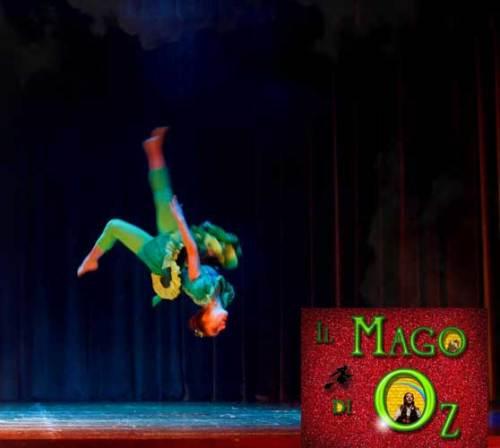 """Una scena del musical Il Mago di Oz: una splendida ballerina acrobata a testa in giù, """"Nel Regno di Oz"""""""