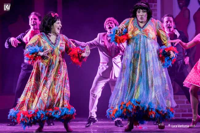 Mary La Targia è Tracy e Giampiero Ingrassia è la madre Edna nel musical Hairspray © Luca Vantusso