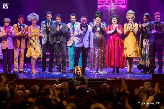 il cast del musical Hairspray sul palco del Teatro Nuovo al termine della 2a serata © Luca Vantusso