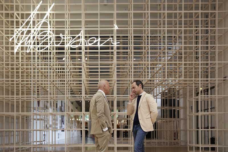 Norman Foster (a sinistra) e Tommaso Fantoni (a destra) davanti l'ingresso della mostra Osvaldo Borsani. Courtesy of La Triennale