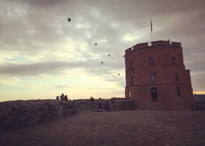 La Torre Gedimina di Vilnius al tramonto - Photo by Anna Falciasecca