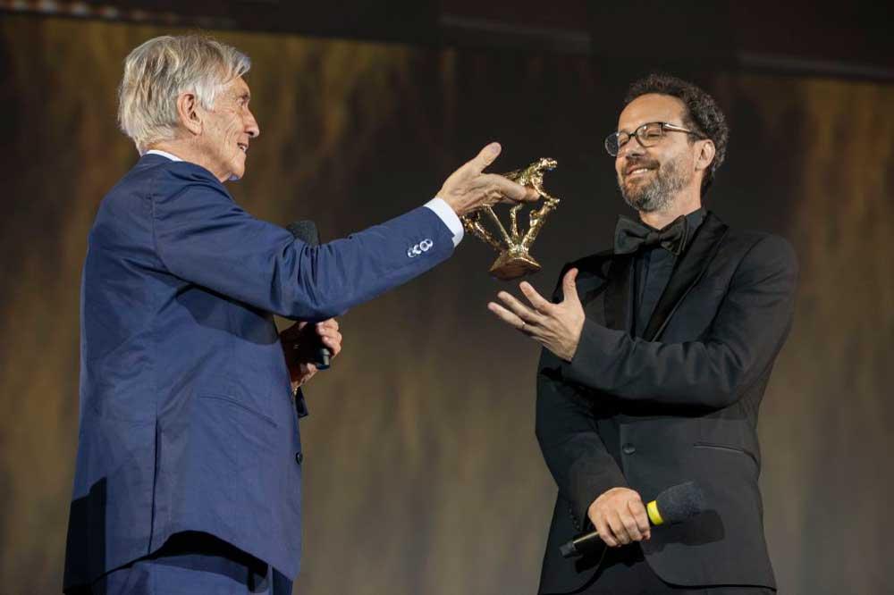 Marco Solari consegna il Pardo a Carlo Chatrian - Photo: Locarno Festival Marco Abram