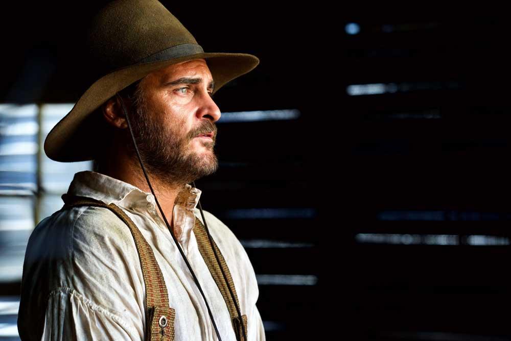 Joaquin Phoenix in una scena del film The Sister Brothers - Photo credits Shanna Brsson