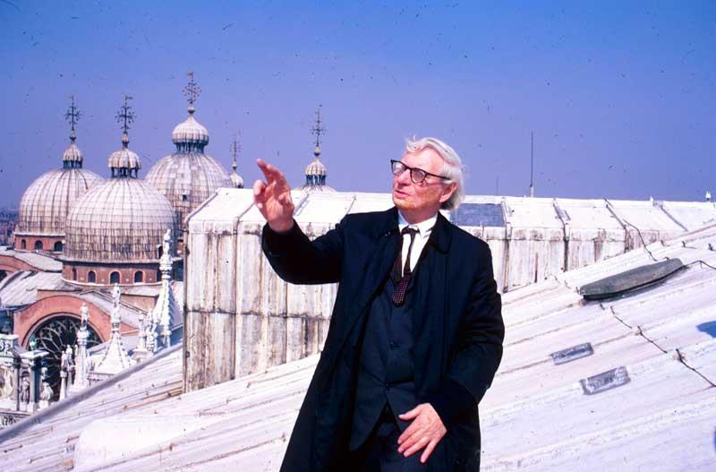 Louis Kahn sul tetto di palazzo Ducale, Venezia, febbraio 1972 - Credit: Archivio UIA Venezia