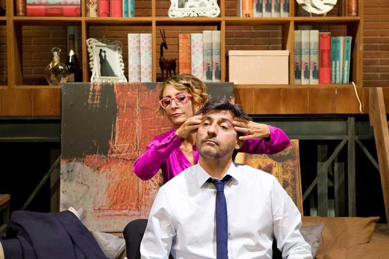 Emilio Solfrizzi e Paola Minaccioni nello spettacolo A testa in giù fino al 28 ottobre al Teatro Manzoni