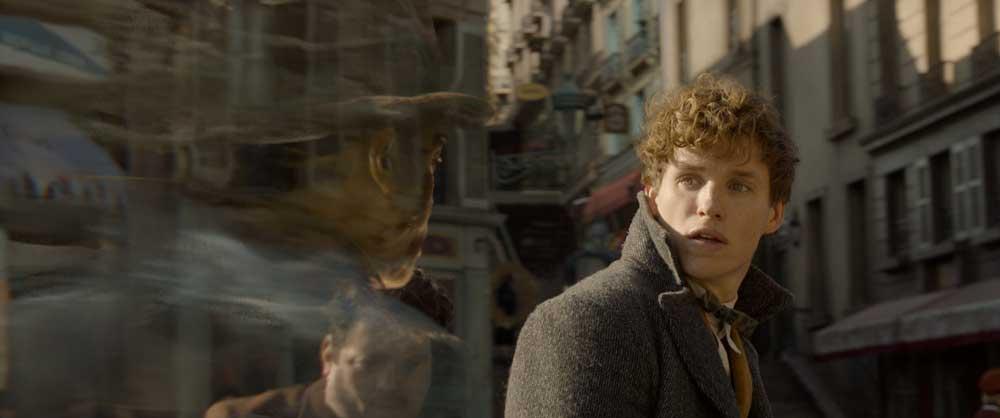 Dan Fogler e Eddie Redmayne in Animali Fantastici: I crimini di Grindelwald - Photo Credit: Courtesy of Warner Bros. Pictures