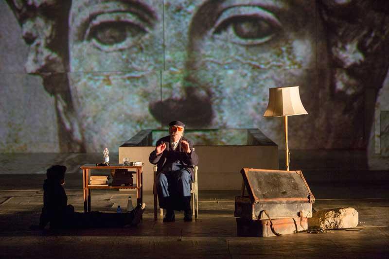 Andrea Camilleri in una scena nel teatro di Siracusa - Foto di Lia Pasqualino ©