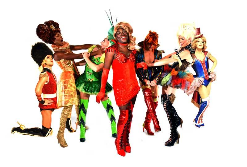 il cast dello spettacolo Kinky Boots al Teatro Nuovo di Milano
