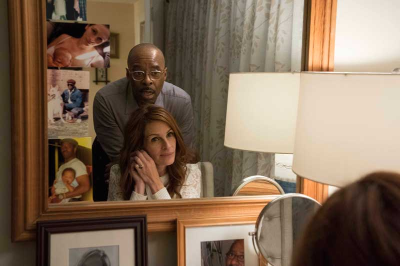 Courtney B. Vance e Julia Roberts in una scena del film Ben is Back - Photo courtesy of Notorious Pictures