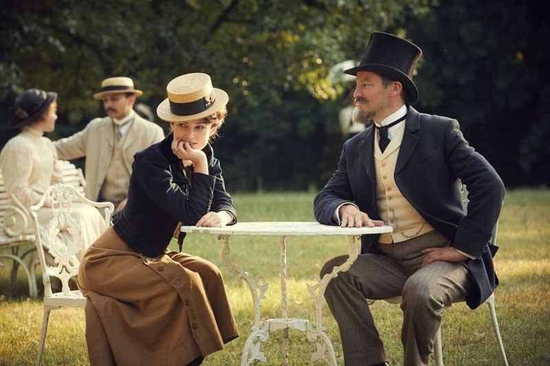 Keira Knightley e Dominic West in una scena del film Colette - Photo: courtesy of Vision Distribution