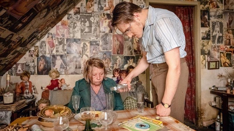 Margarethe Tiesel e Jonas Dassler in una scena del film Der goldene Handschuh © Boris Laewen / 2018 bombero int./Warner Bros. Ent.