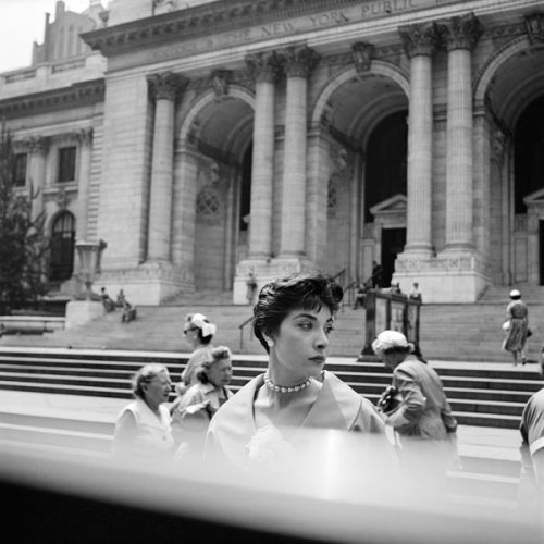 Vivian Maier, New York Public Library, New York, c. 1952 40x50 cm (16x20 inch.) Framed: 53,2x63,4 cm ©Estate of Vivian Maier, Courtesy of Maloof Collection and Howard Greenberg Gallery, NY