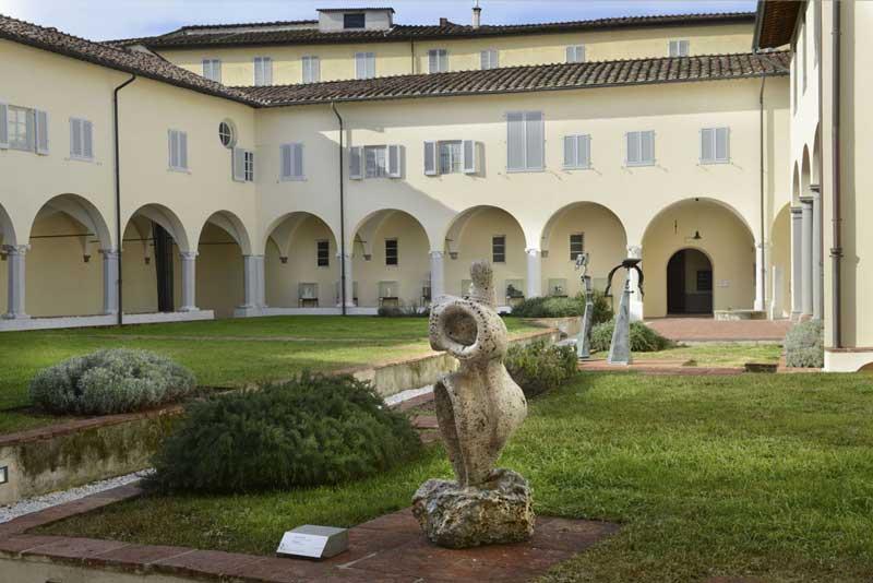 Fondazione Ragghianti, Primo chiostro in primo piano Luciano Pera,Gea-gene 1982. Photo Courtesy: Fondazione Ragghianti