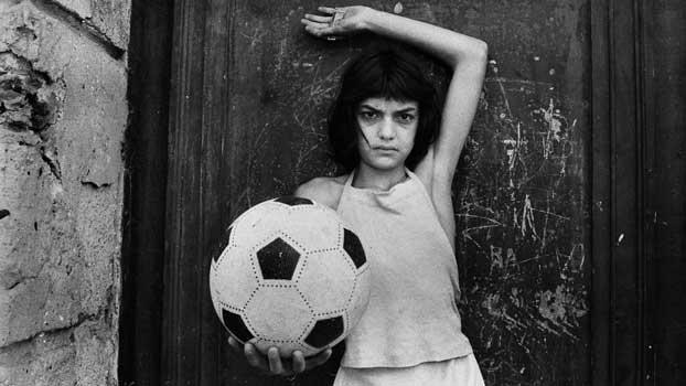 Letizia Battaglia, La bambina con il pallone, Quartiere La Cala, 1980, Palermo © Letizia Battaglia