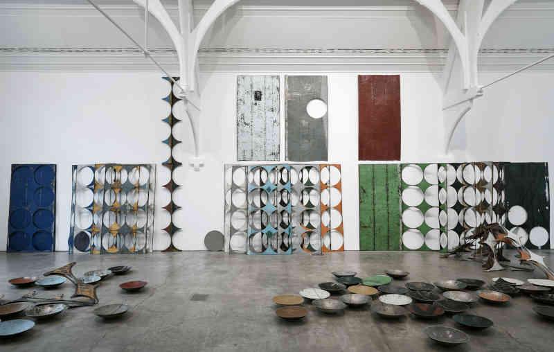 Sheela Gowda, What Yet Remains, 2017. Veduta dell'installazione, Ikon Gallery, Birmingham, 2017. Courtesy dell'artista e Ikon Gallery, Birmingham. Foto: Stuart Whipps