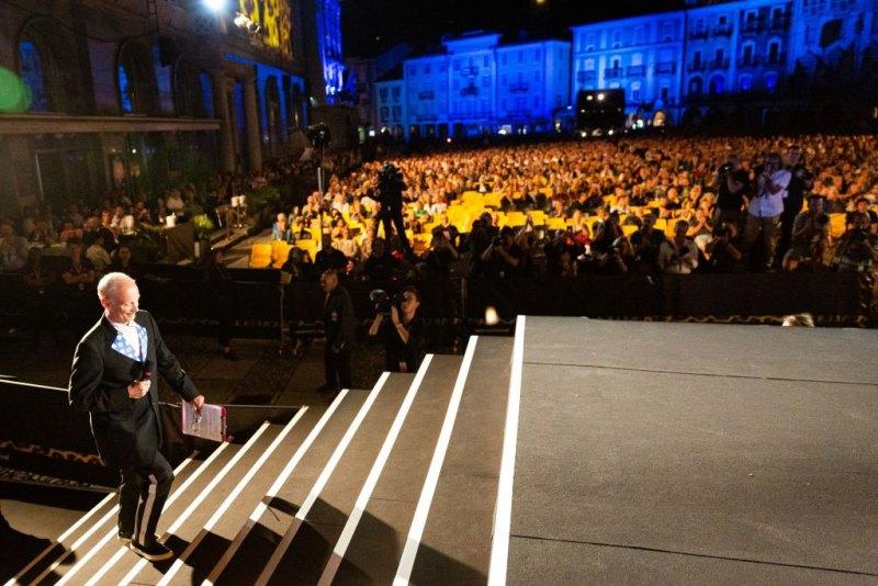 John Waters sale sul palco di Piazza Grande - Photo: Locarno film festival/ Ottavia Bosello