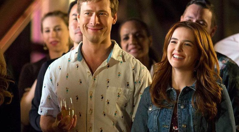 Glen Powell e Zoey Deutch in una scena del film Set it Up