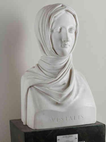 Antonio Canova, Vestale, 1818-1819. Marmo di Carrara, cm 58 x 31 x 23, Galleria d'Arte Moderna, Milano