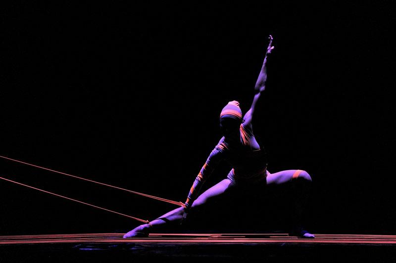 Indaco - E gli illusionisti della danza al Duse.