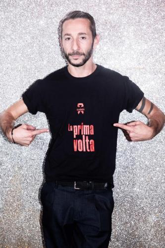 Il performer Andrea Verzicco con la T-shirt di Italy Bares - Photo by SGPitalia, Stefano Guindani