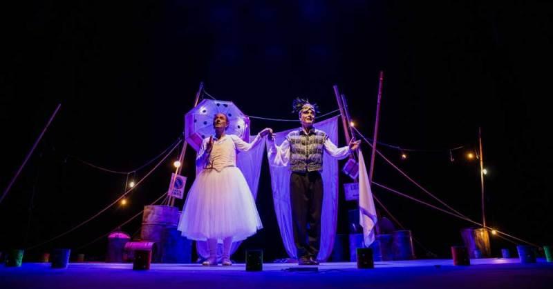 Capodanno 2020 a teatro: Ale e Franz durante lo spettacolo Nati sotto contraria stella - Foto © Yasuko Kageyama