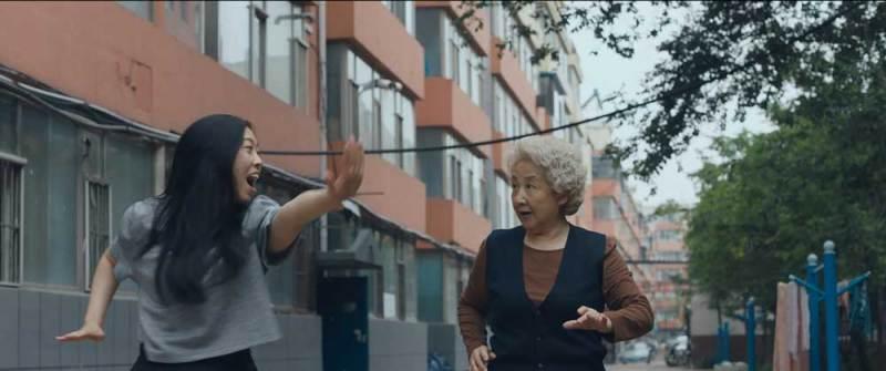 Awkwafina e Zhao Shuzhen in una scena del film - Photo: Courtesy of A24