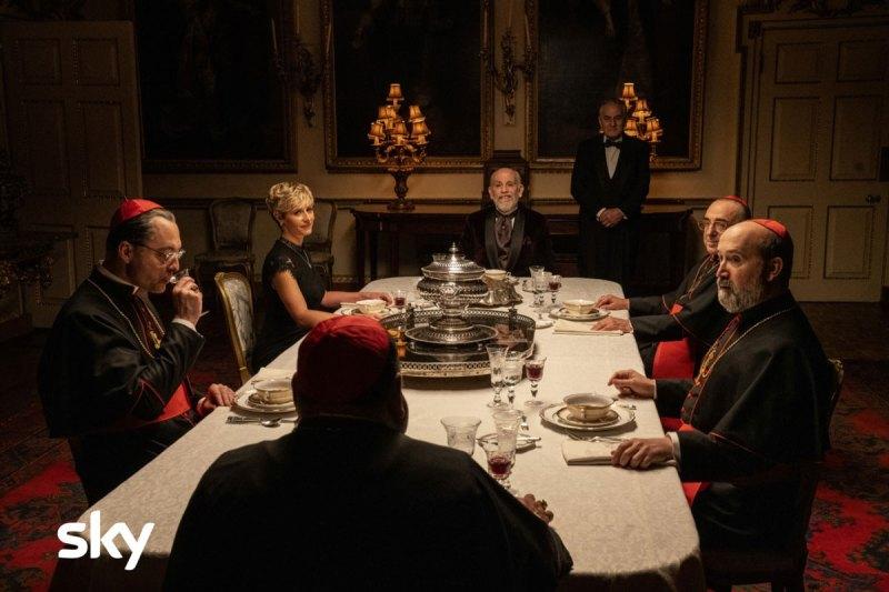 The New Pope episodi 1 e 2: Sir John Brannox, Sofia Dubois, i Cardinali Assente, Voiello e Gutierrez. Photo: Gianni Fiorito.